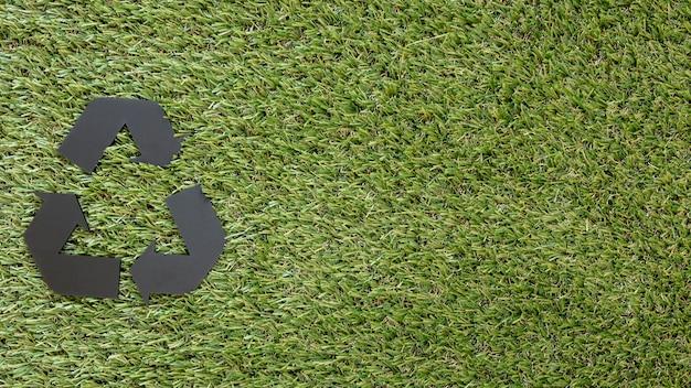 Signe de recyclage sur l'herbe avec espace copie