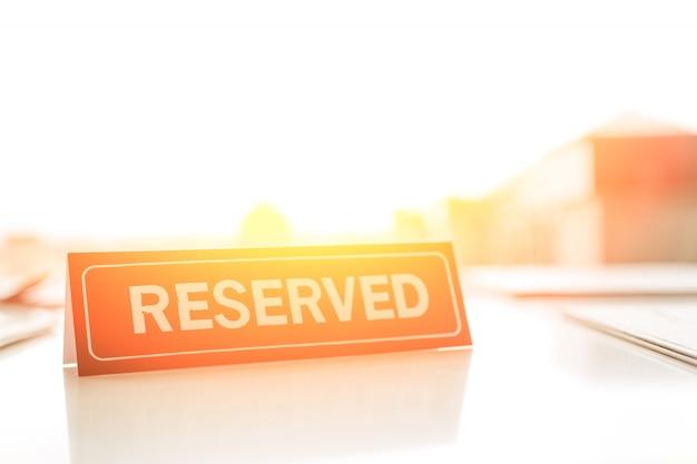 Signe réservé sur la table