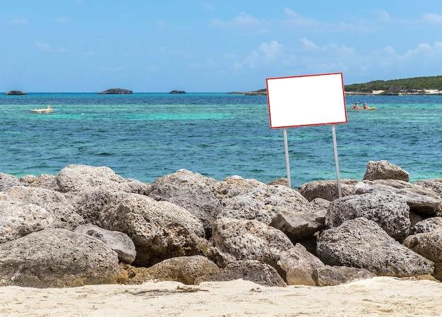Signe sur les rochers à l'océan