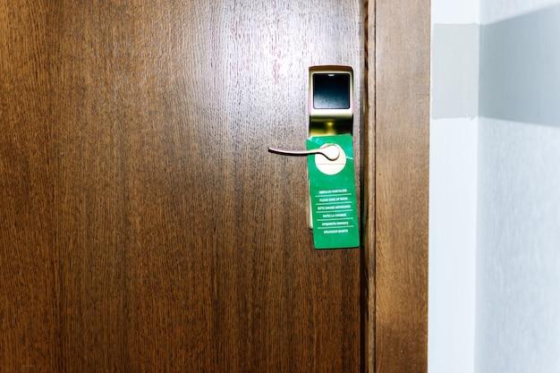 Signe de salle blanche verte sur la porte de la chambre d'hôtel.