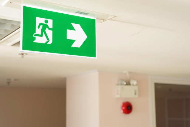 Signe de sortie de feu mise au point sélective au plafond
