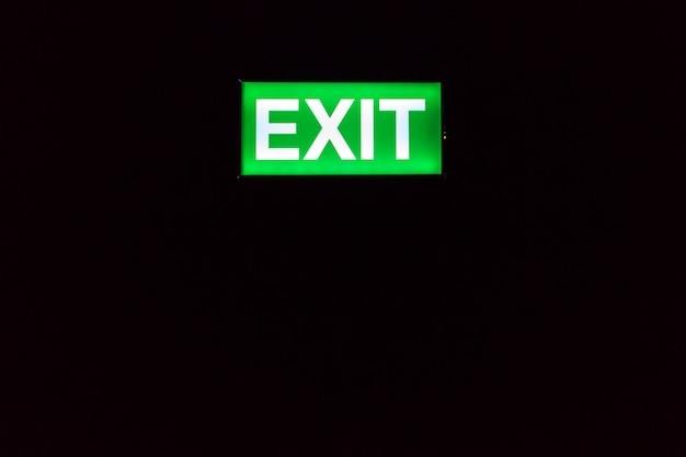 Signe de sortie de secours brille dans le noir