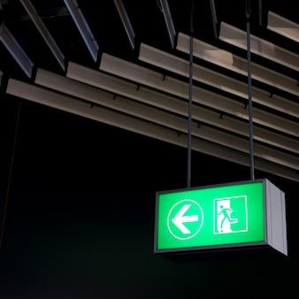 Signe de sortie de secours dans les bureaux modernes à l'intérieur d'une usine industrielle