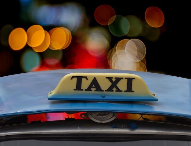 Signe de taxi dans la nuit.