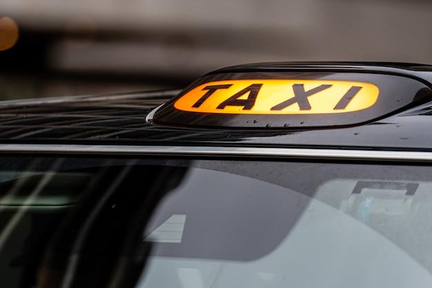 Un signe de taxi noir london britannique