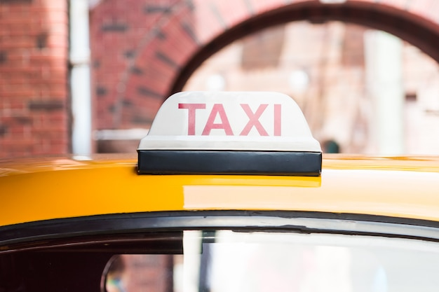 Signe de taxi sur la voiture de toit