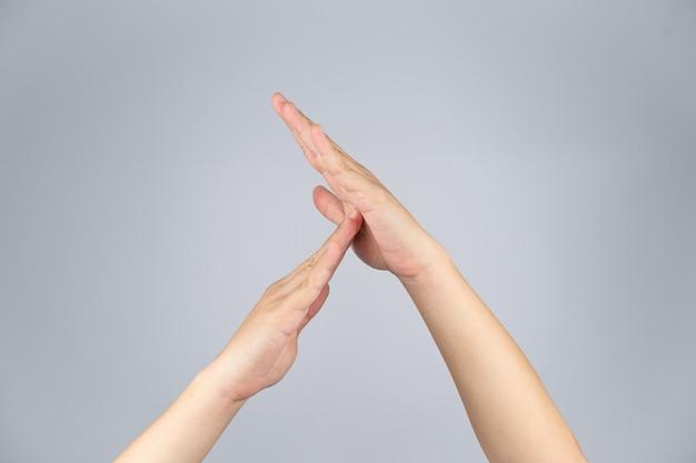 Signe timeout et simbol de la main humaine asiatique avec un fond blanc isolé et un tracé de détourage.