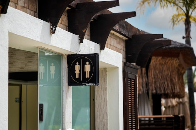Signe de toilettes dans la rue dans des toilettes publiques sur la plage. signe de toilettes - concept de toilettes