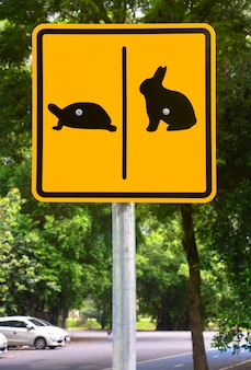 Signe de tortue et de lapin dans un parc public