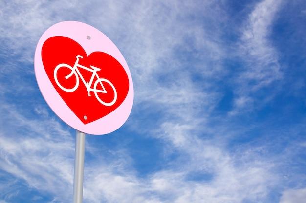 Signe de vélo sous le ciel bleu