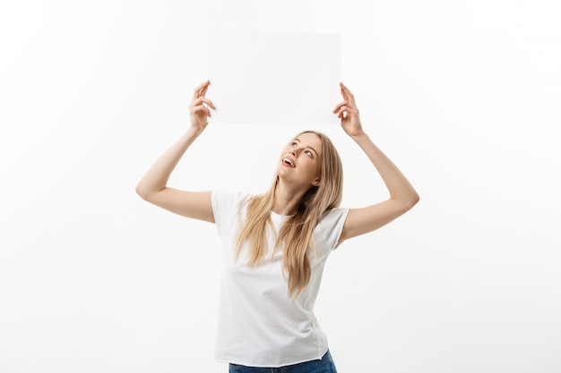 Signe vierge femme tenant vide blanc signe au-dessus de sa tête. excité belle jeune w