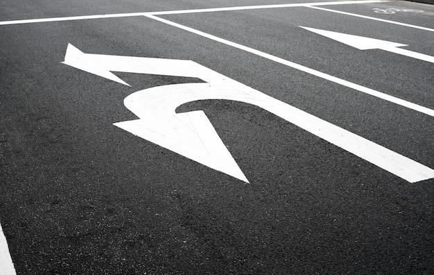 Signe de virage sur la route