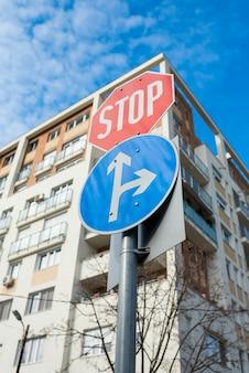 Signe de voiture cj avec panneau d'arrêt obligatoire