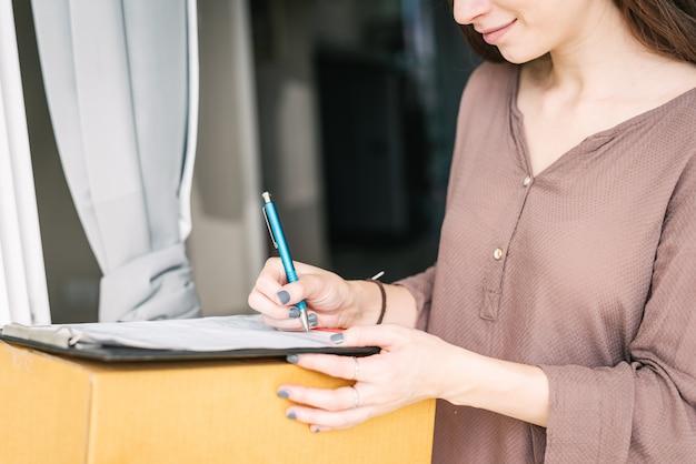 Signer le document pour recevoir le colis du courrier