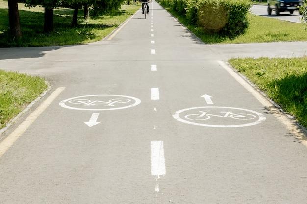 Signes de bicyclette sur la voie cyclable dans la ville
