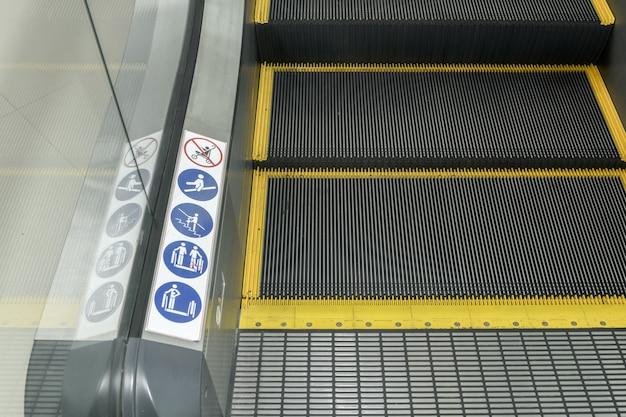Signes sur un escalator, panneaux d'avertissement