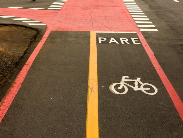 Signes de piste cyclable sur le sol des rues