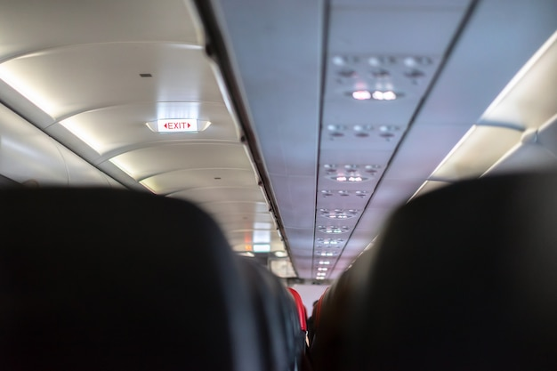 Signes de sortie de secours sur l'avion.
