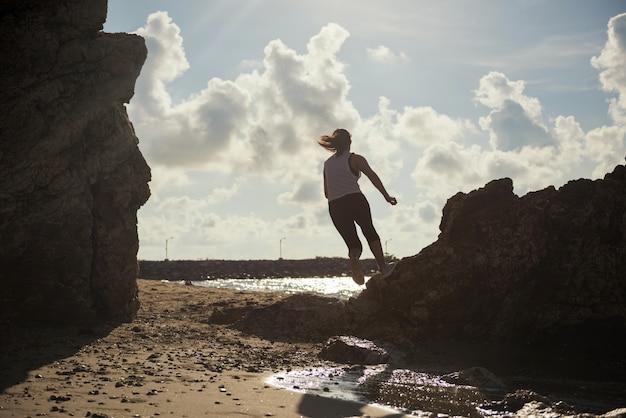 Silhouete, femme, courir, plage
