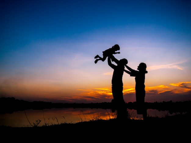 Silhouette de l'activité de plein air en famille sur les vacances d'été avec les enfants.