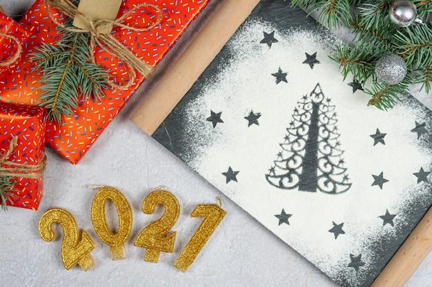 Silhouette d'arbre de noël en farine, le texte du nombre d'or 2021 vue de dessus