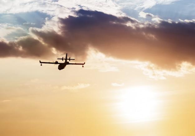 Silhouette d'un avion au coucher du soleil