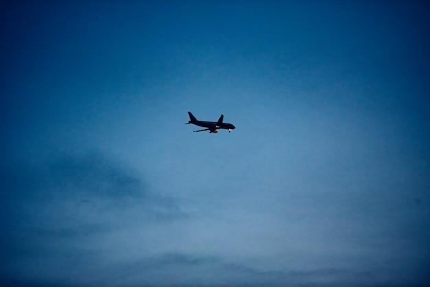 Silhouette d'avion de passager traversant le ciel, espace de copie.