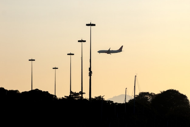 Silhouette d'avion sur le quai du flamengo à rio de janeiro, brésil.