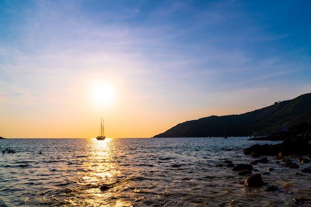 Silhouette bateau en mer et océan avec ciel coucher de soleil magnifique