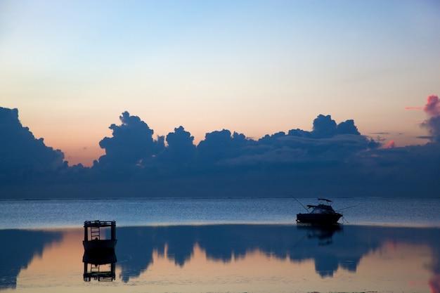 Silhouette d'un bateau sur la plage