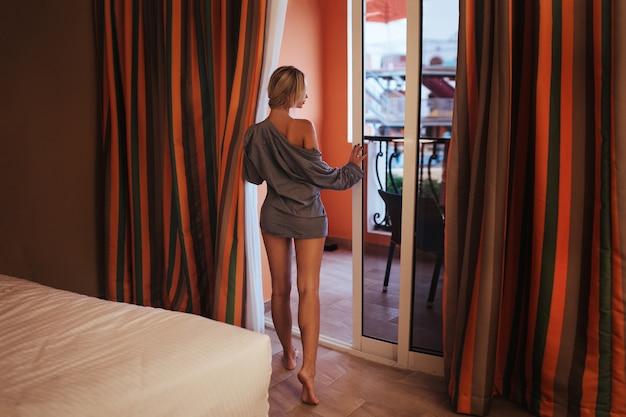 La Silhouette D'une Belle Femme Dans Une Chemise D'homme Photo Premium