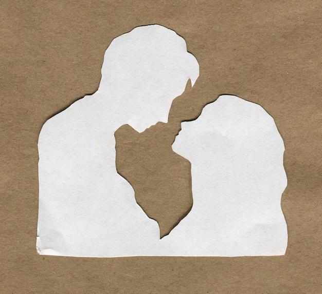 Silhouette blanche d'amoureux sur papier kraft