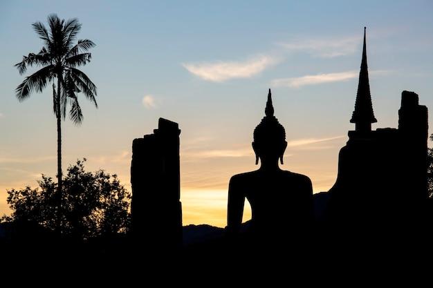 Silhouette buddhaimage éclatement soleil sukhothai wat mahathat bouddha statues en thaïlande.