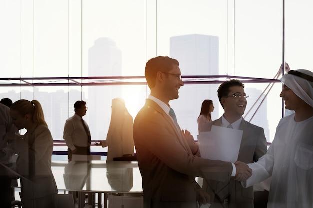 Silhouette business people discussion réunion cityscape concept de l'équipe