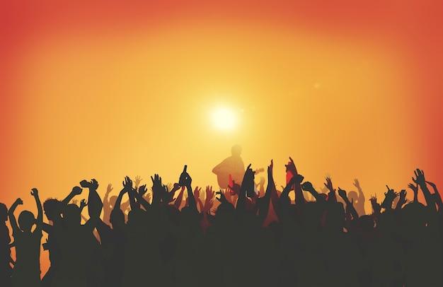 Silhouette d'un concert de musique au coucher du soleil