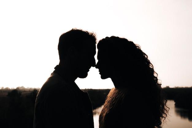 Silhouette sur le côté d'un couple