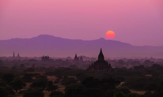 Silhouette coucher de soleil avec le champ de la pagode à bagan