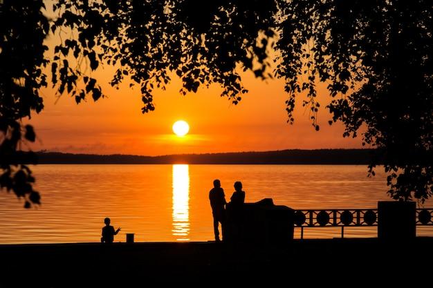 Silhouette d'un couple amoureux au coucher du soleil ou au lever du soleil