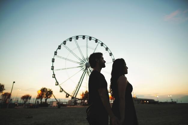 Silhouette d'un couple d'amoureux dans la soirée.