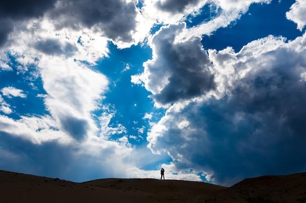 Silhouette de couple au sommet de la montagne