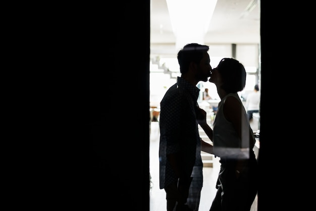 Silhouette d'un couple s'embrassant