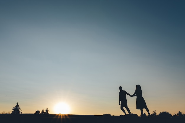 Silhouette, couples, tenue, mains, ascensions, colline