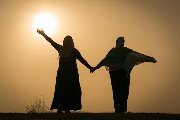 Silhouette De Famille Musulmane Heureuse, Tenant Les Mains Avec La ...