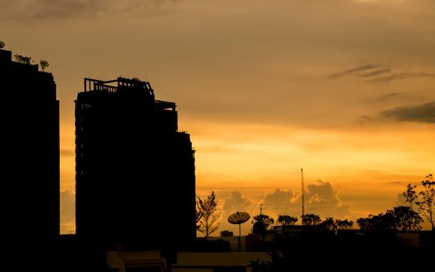 Silhouette du bâtiment avec ciel de soirée magnifique