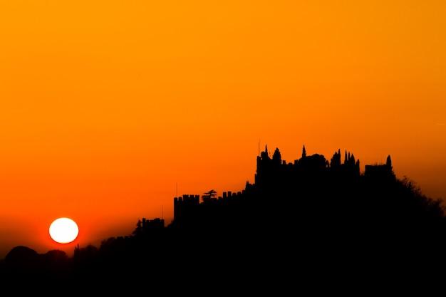 Silhouette du château au coucher du soleil panorama italien de marostica ciel orange