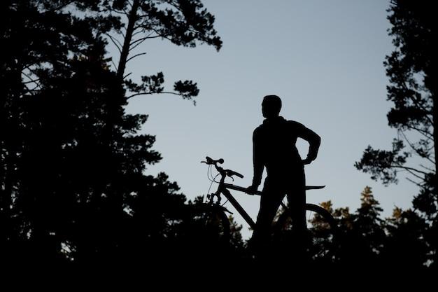 Silhouette du cycliste en vélo de route