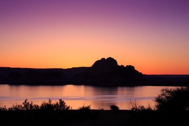 Silhouette du lever du soleil sur le lac powell