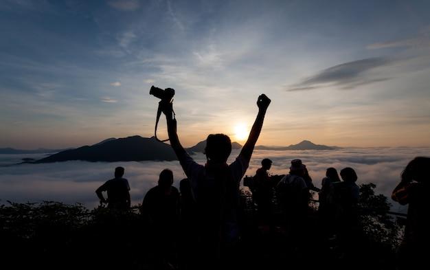 Silhouette du photographe prenant la photo du paysage