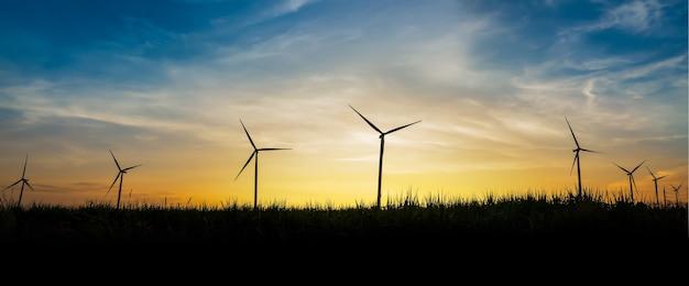 Silhouette du site d'éoliennes au coucher du soleil