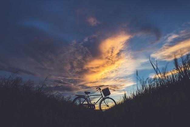 Silhouette du vélo classique de style japonais au champ